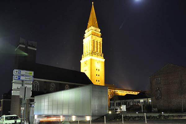 KirchenKAI_und_St_Nikolaus_Kiel-nachts-Strassenseite