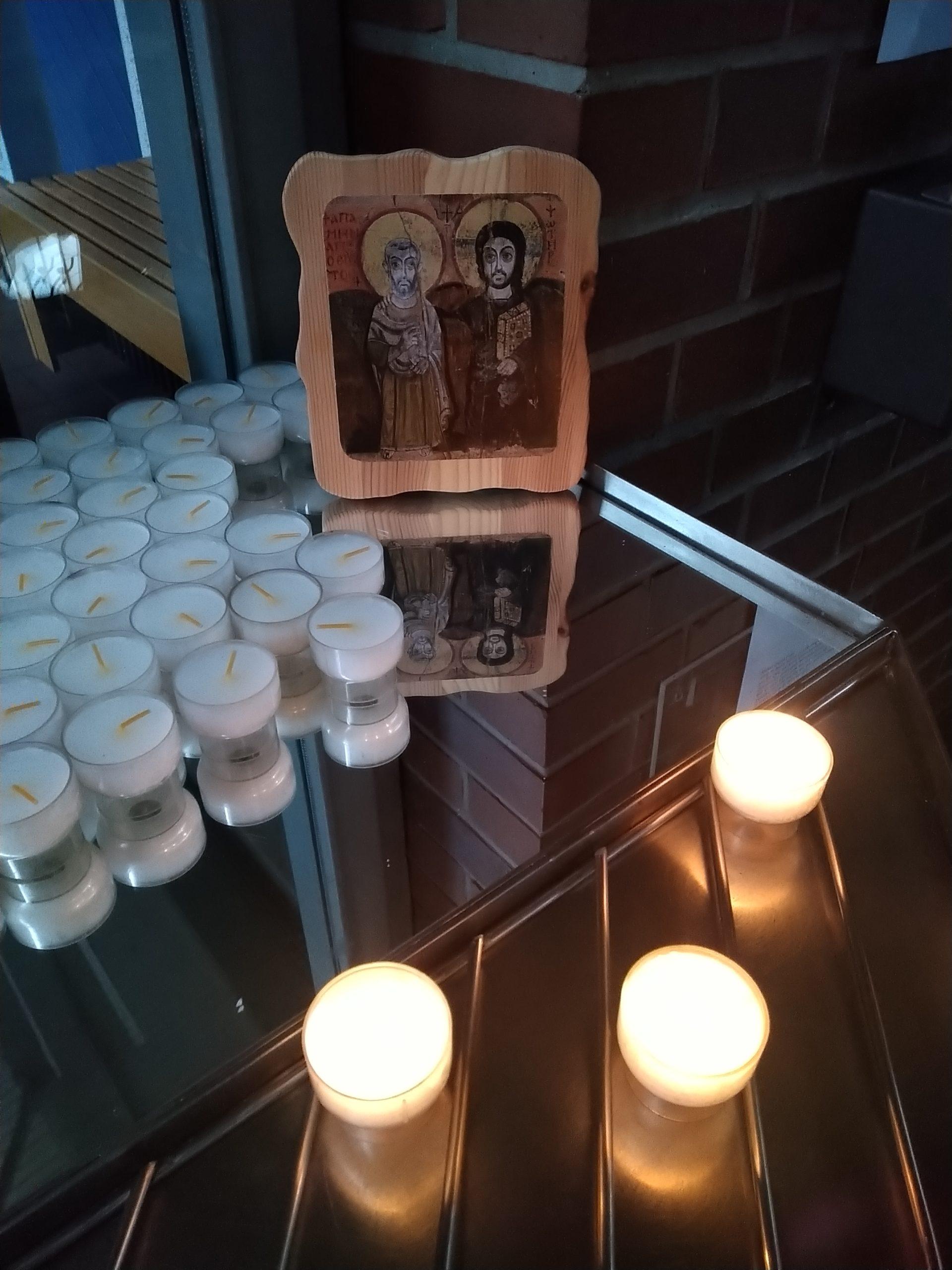 Gemeindereferentin Rita Becker hat in der St. Joseph-Kirche eine Kerze entzündet: für alle Firmanden, alle Menschen, die uns anvertraut sind, für die, die für die Kranken sorgen und für die, die krank sind.