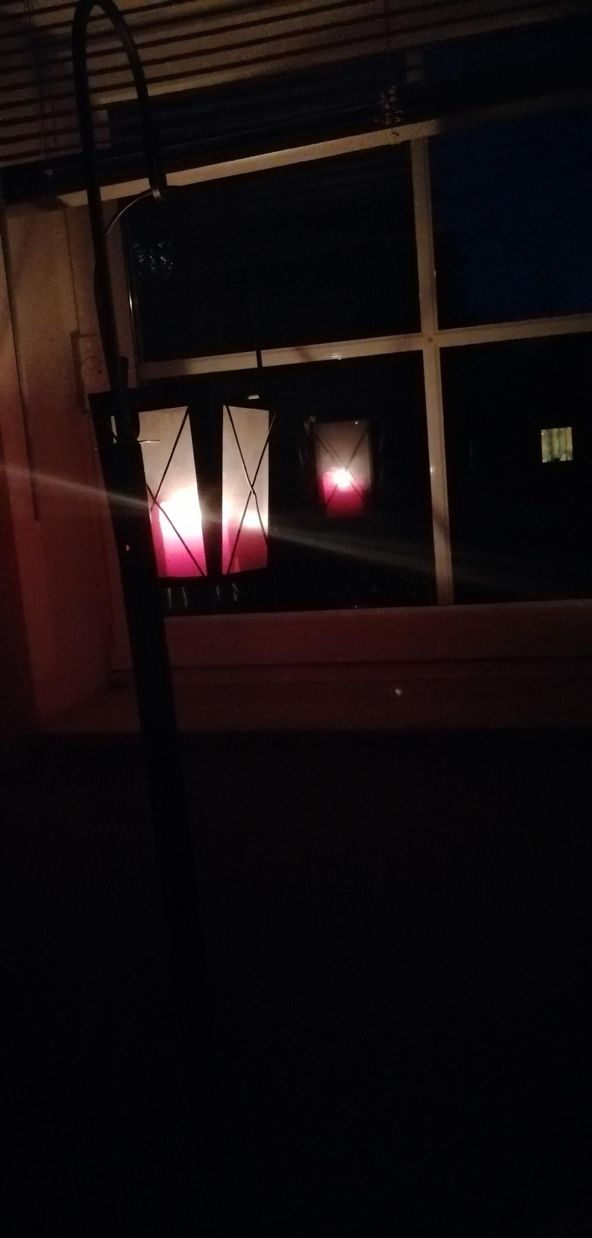 Laternen stehen in zwei Räumen des Hauses von Diacono am Fenster (eine oben, eine unten), gedenken der Corona-Toten und bitten um Beistand