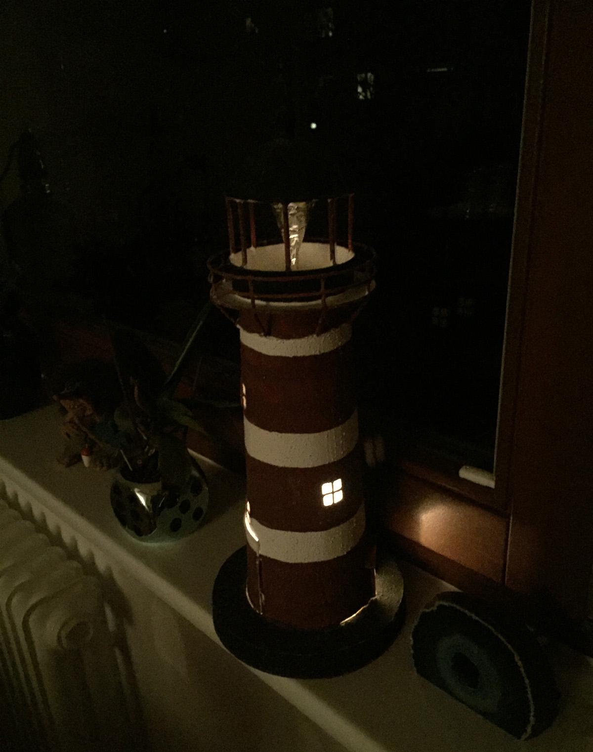Bei Gemeindereferent Werner Schröder scheint ein Leuchtturm durch das Fenster in die Dunkelheit hinaus